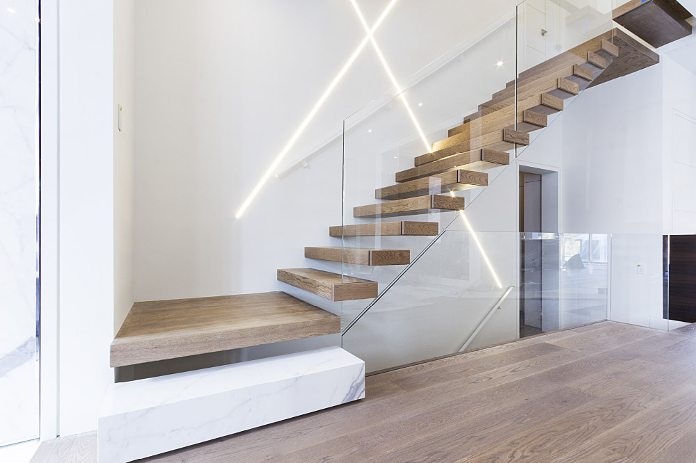 wall cantilevered + box steps / painted aluminum handrail